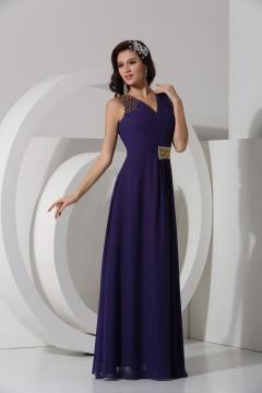 Robe violette longue décolleté en V ornée de bijoux et paillette