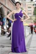 Robe violette à une épaule ruchées ornée de bijoux