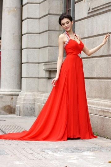 Robe rouge longue décolleté en cœur à bretelle autour du cou ... 3685bef957e
