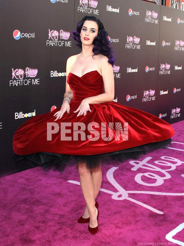 allure robe rouge mi-longue à jupe extravagante pour Noël
