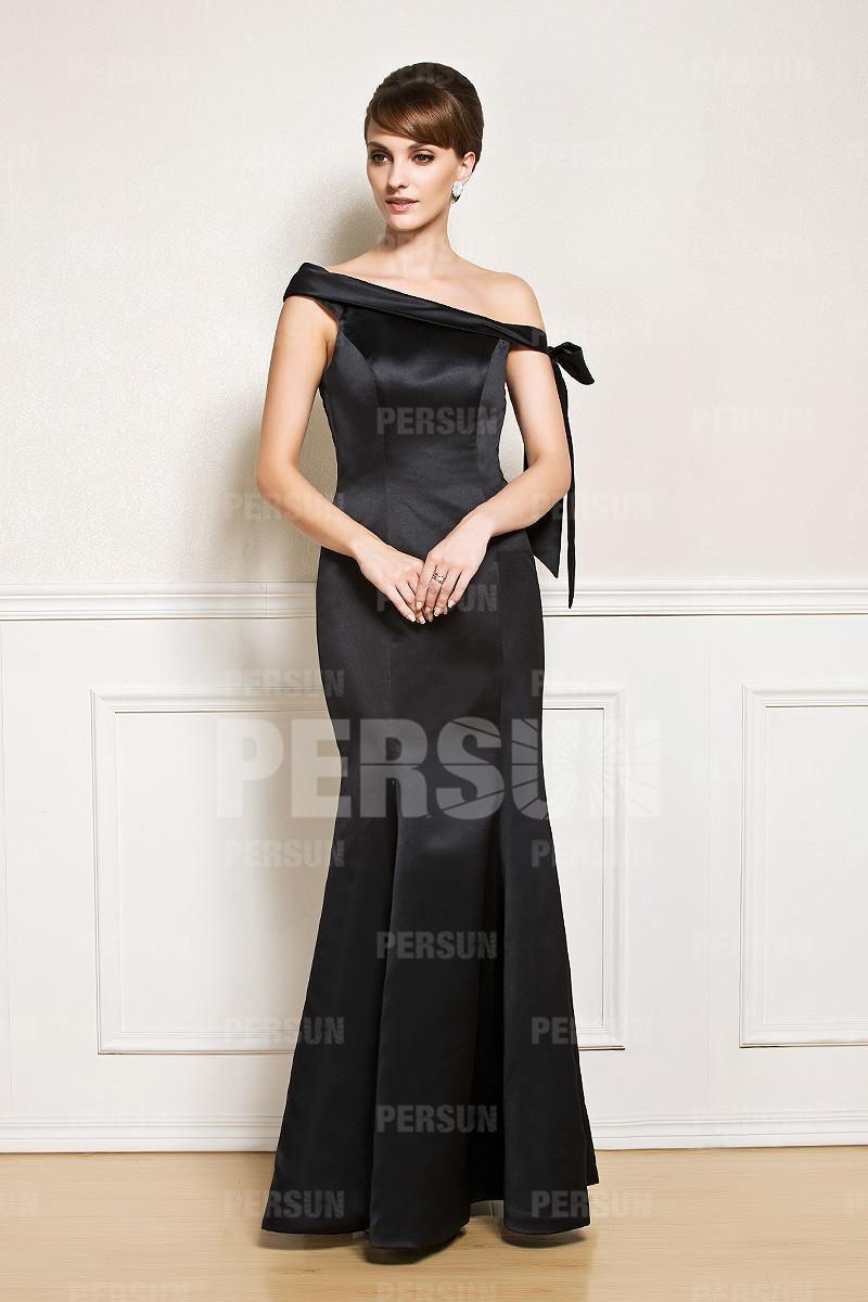 robe de soirée noire trompette encolure asymétrique en satin