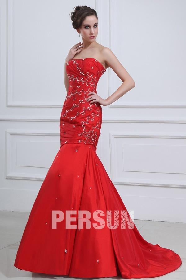 Robe soirée rouge ornée de bijoux sans bretelle style sirène