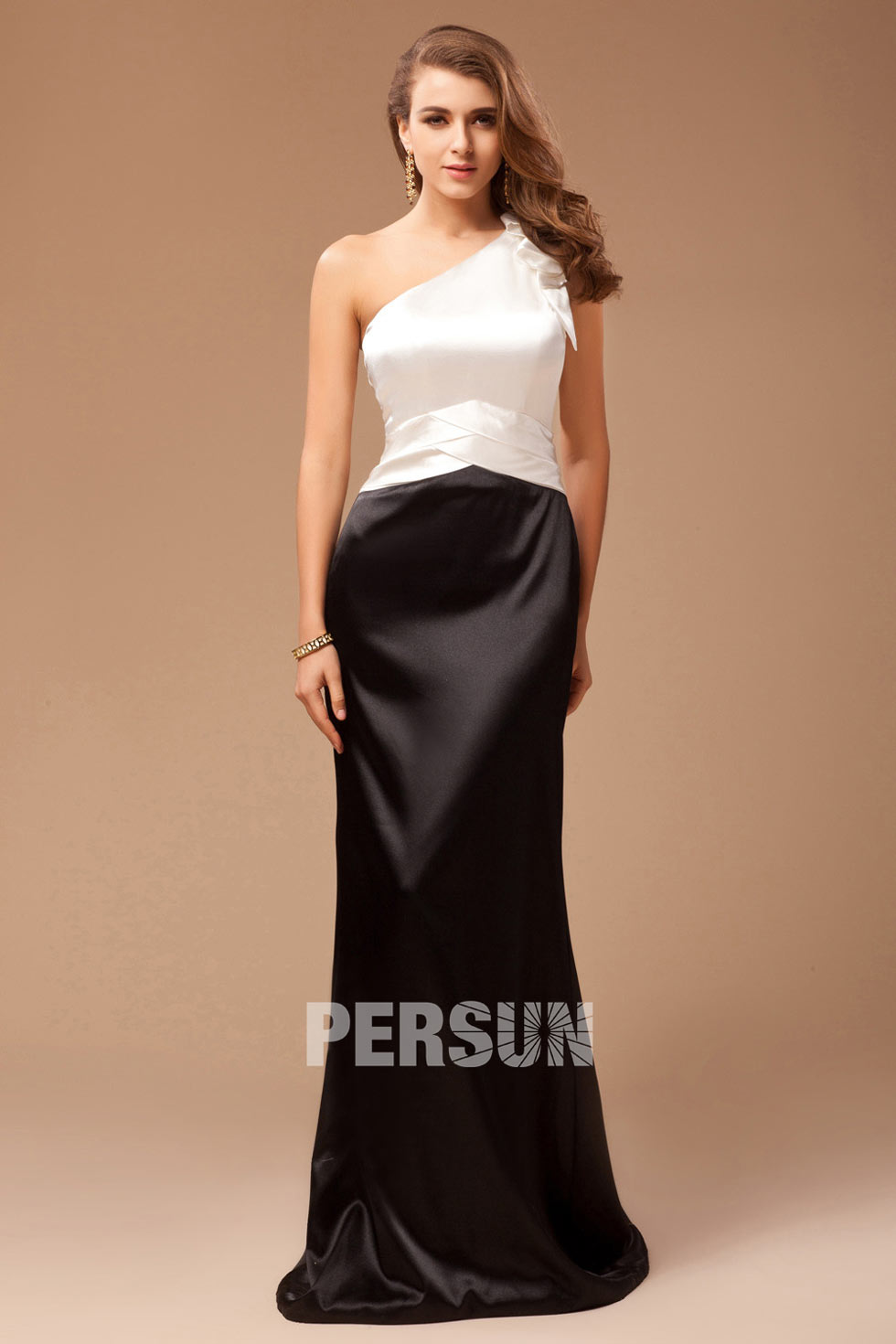 robe blanche et noire à encolure asymétrique