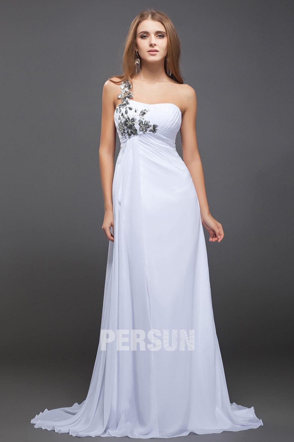 robe de soirée longue asymétrique blanche longue ornée de fleurs
