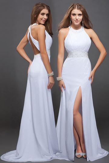 Robe de soirée blanche ornée de bijoux à dos nu