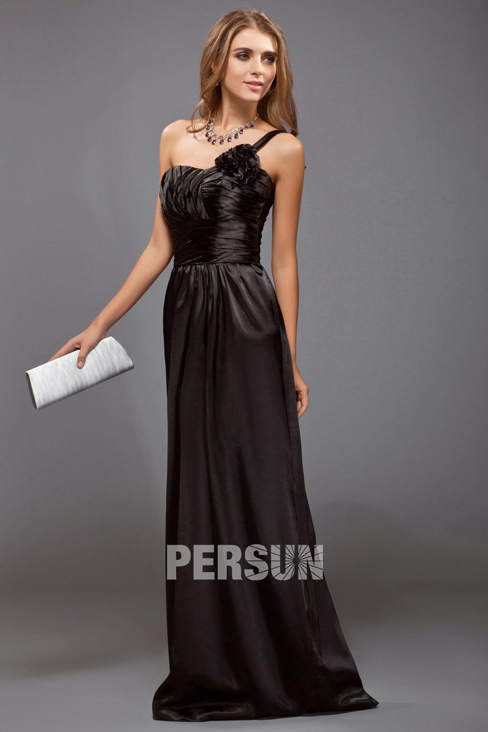 robe de soirée noire à encolure asymétrique