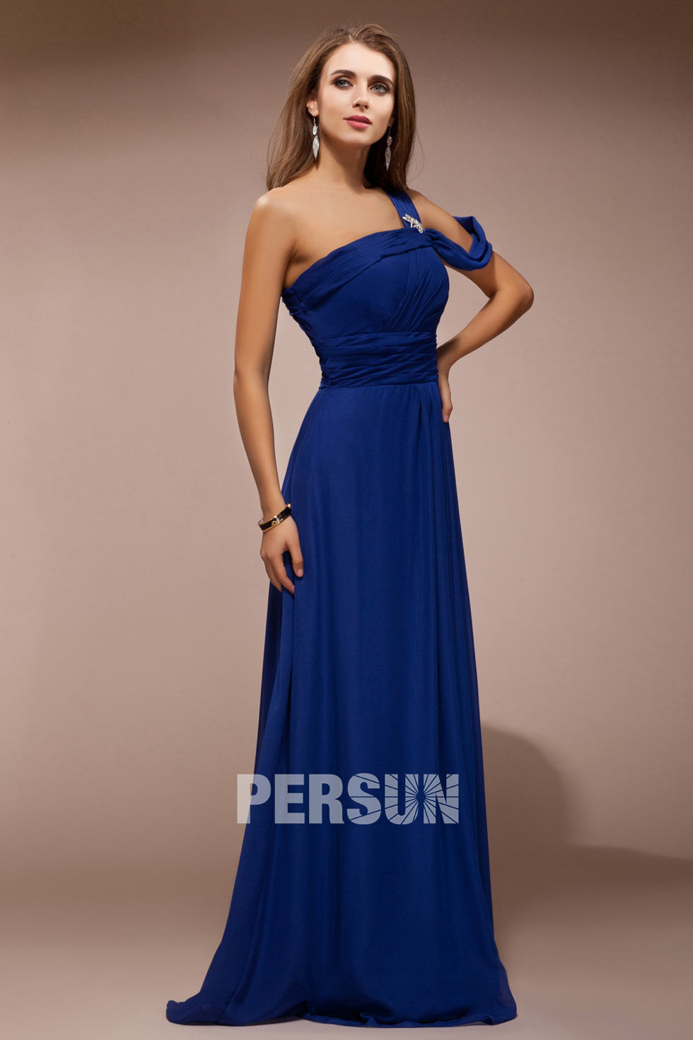 robe chic bleu roi col asymétrique aux bijoux en mousseline