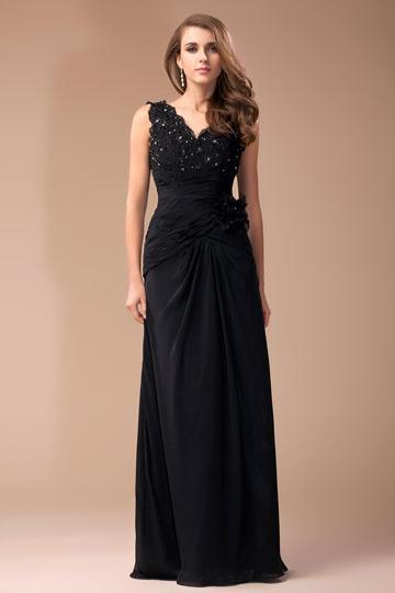 Robe de soirée noire ruchée ornée de bijoux col V
