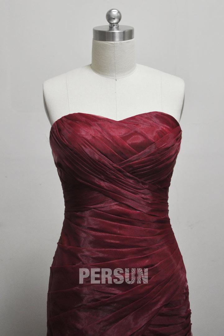 une robe dont le bustier est ruchée en couleur bordeaux