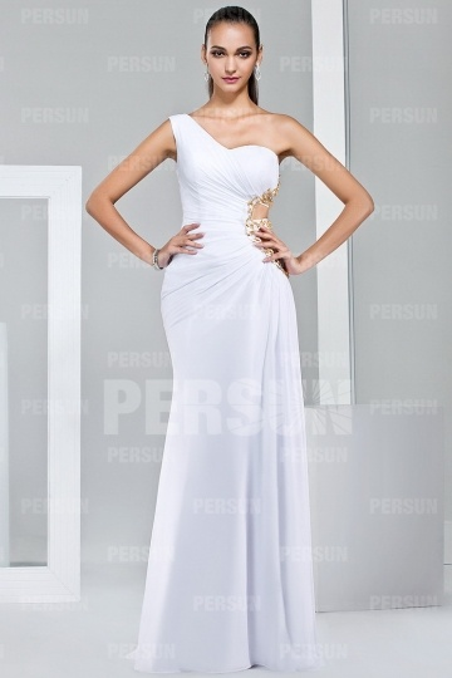 Blanche robe découpée à encolure asymétrique