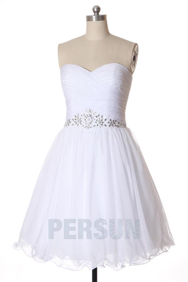 robe de soirée courte blanche simple bustier plissé taille ornée de strass