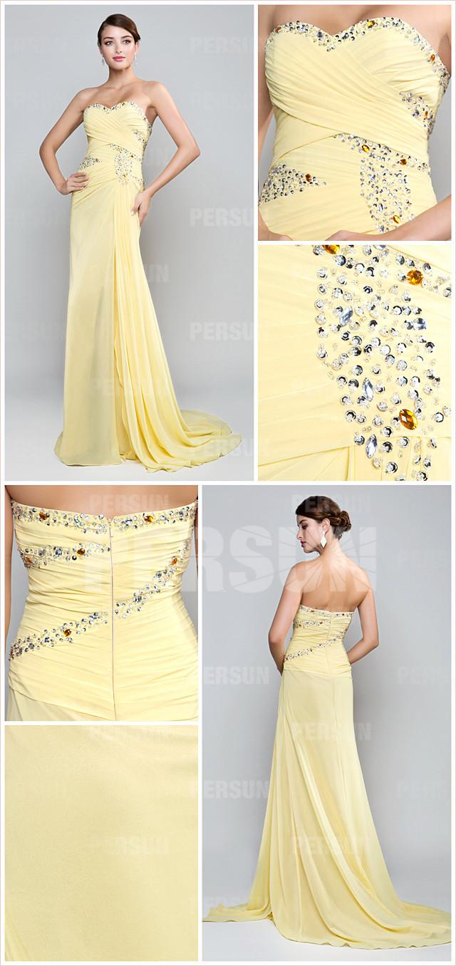 tenue robe jaune bustier cœur ornée de bijoux & jupe fendue