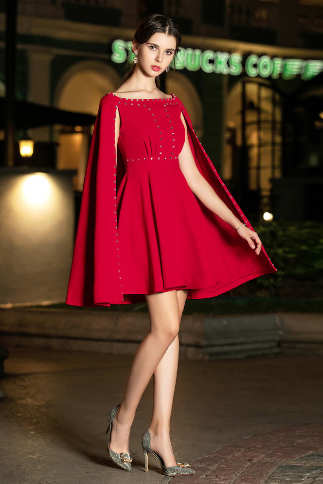 robe de cocktail courte rouge avec cape embelli de strass