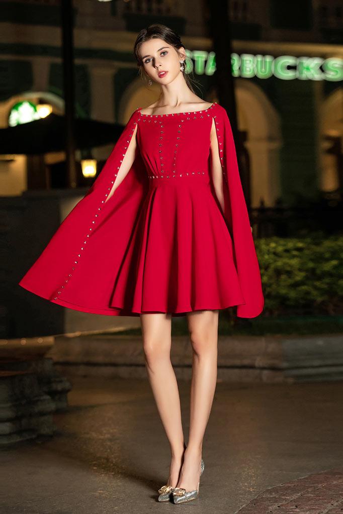 robe de soirée courte rouge col bateau ornée de strass avec cape
