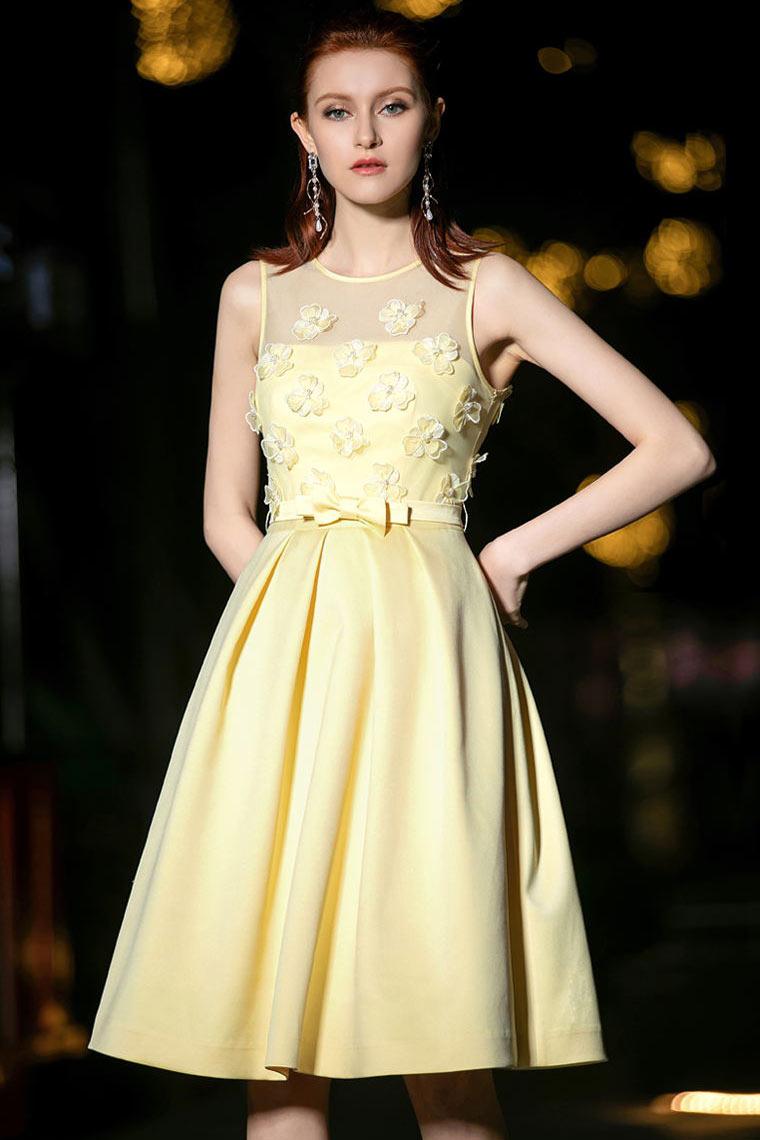 robe de cocktail courte jaune col illusion embelli de fleurs 3D