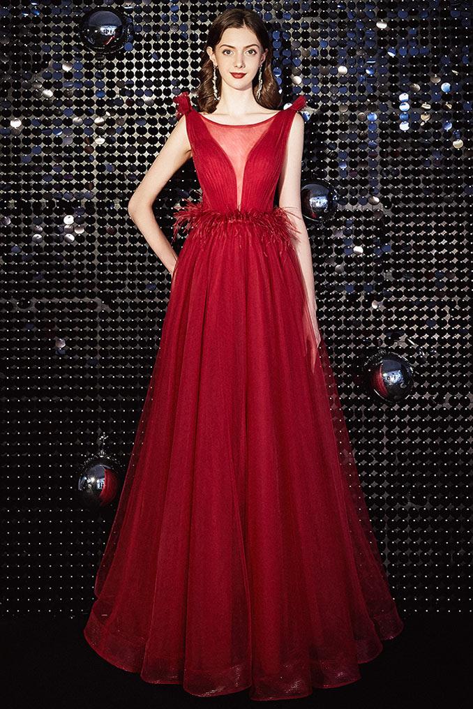 robe de bal rouge col illusion en v plongeant taille embelli de plumes
