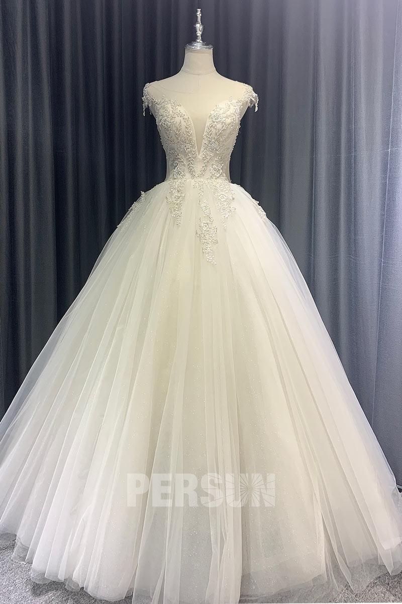 robe de mariée princesse décolleté plongeant brodé de dentelle et de perlette dos découpé