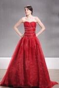 Robe mariée rouge perlée sur le buste décolleté en cœur sans manche au ras du sol