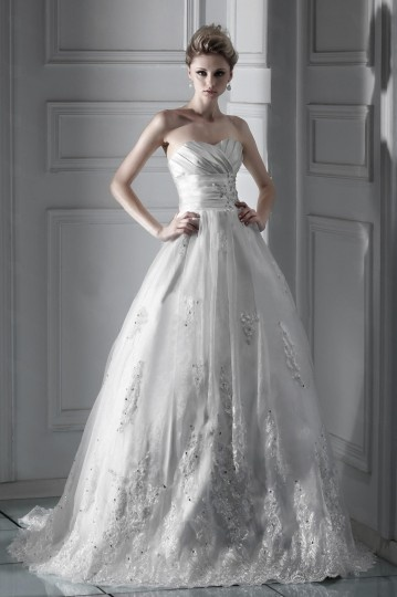 Robe de mariée dentelle princesse décolleté en cœur à traîne Chapel