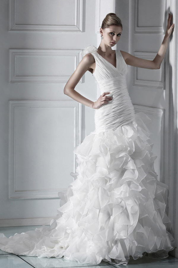 Moderne Robe de mariée sirène col V moulante à jupe volantée