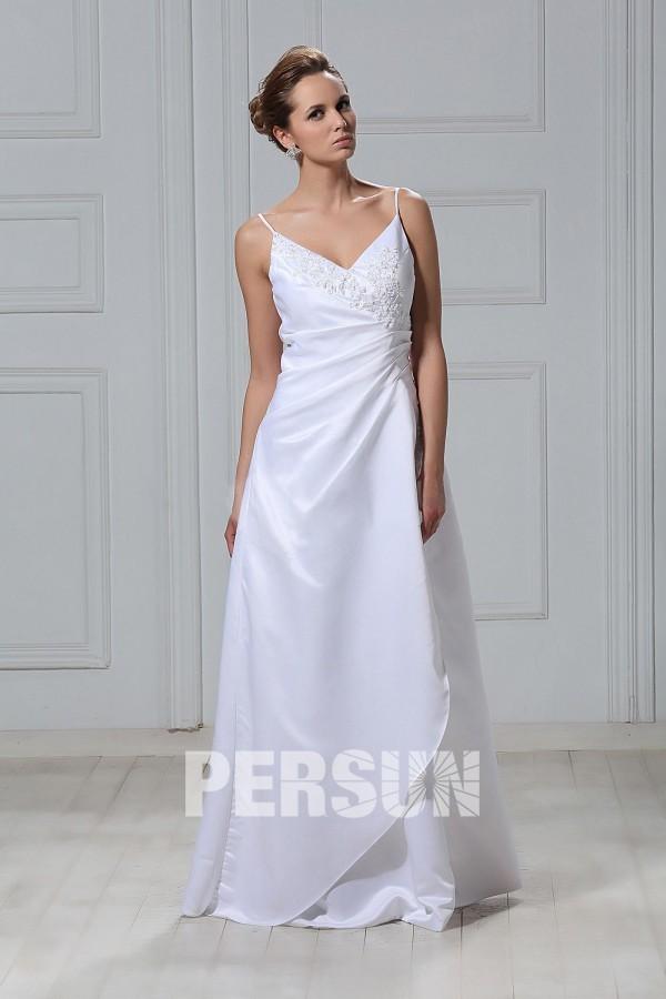 robe de mariée simple col v ornée de dentelle appliquée avec bretelles fines