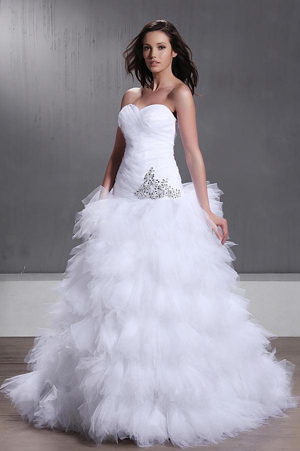 robe de mariée princesse corsage plissé & orné de bijoux jupe à volants