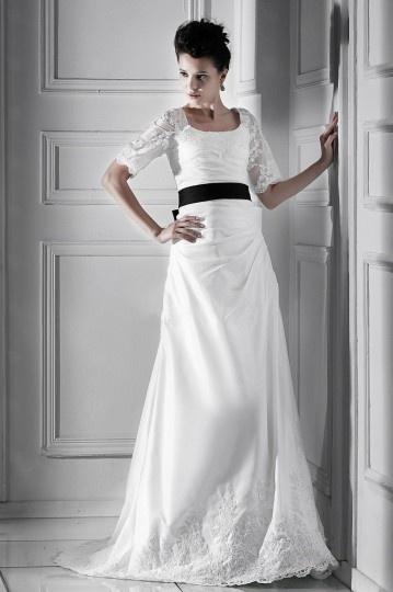 Robe mariée à Ligne A à courte manche avec ceinture de ruban noir et appliques pour les grandes tailles