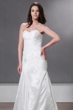 Robe de mariée bustier décolleté en cœur à Ligne-A  à traîne Chapel