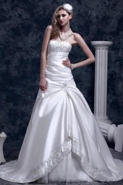 Robe de mariée moderne bustier cœur ornée d'applique