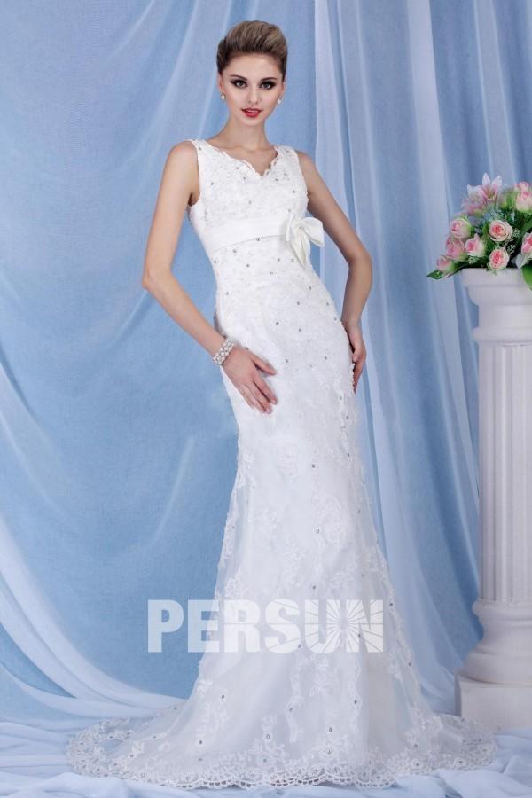 robe de mariée droite col v en dentelle embelli de sequins avec traîne chapelle
