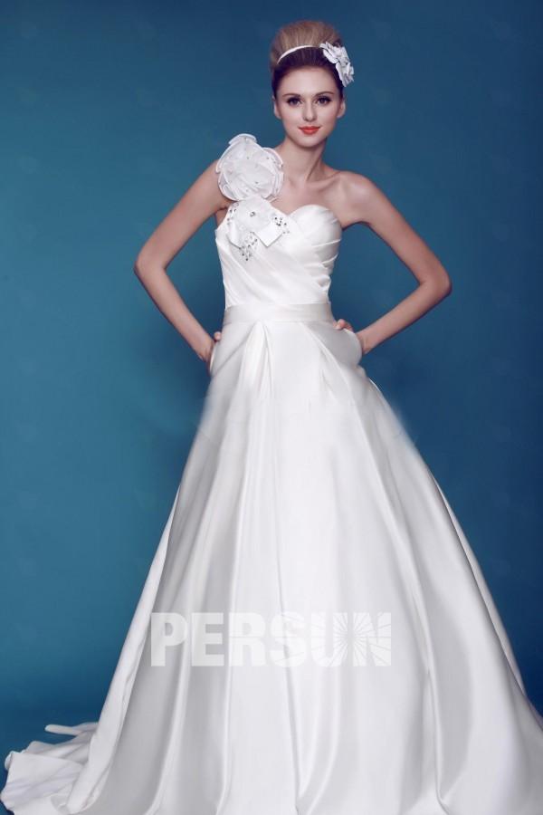 robe mariée Ligne A en satin décolleté asymétrique avec poches