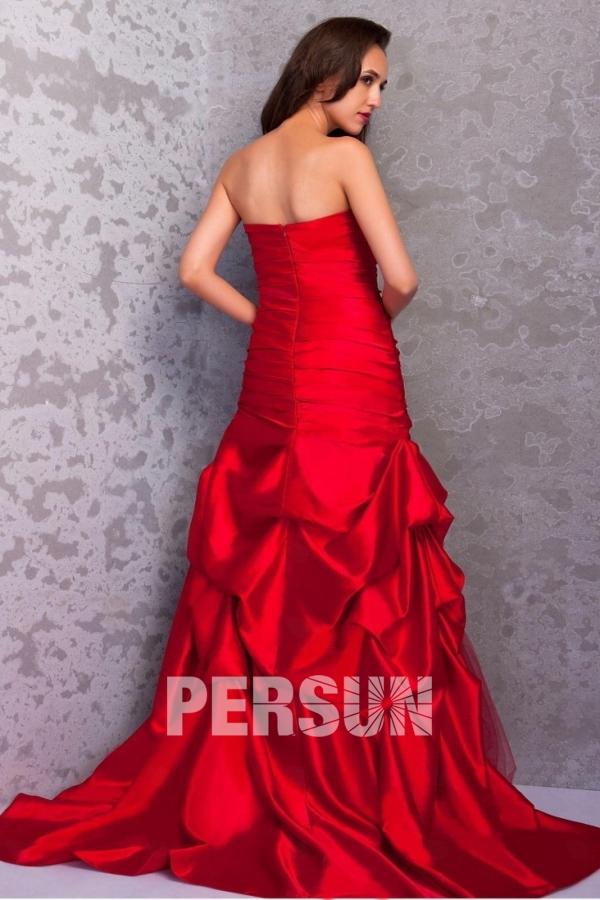Robe de bal rouge jupe froissée bustier droit en satin