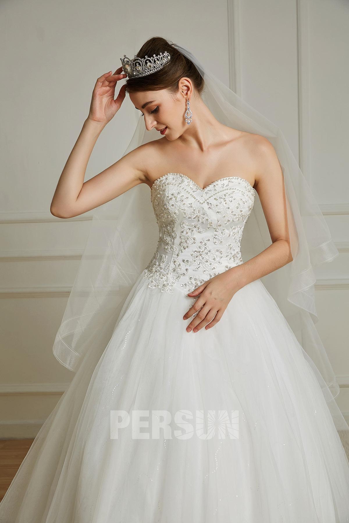 Mila : Robe de mariée bustier coeur à coupe princesse doublée de tulle brillant à traîne Chapelle