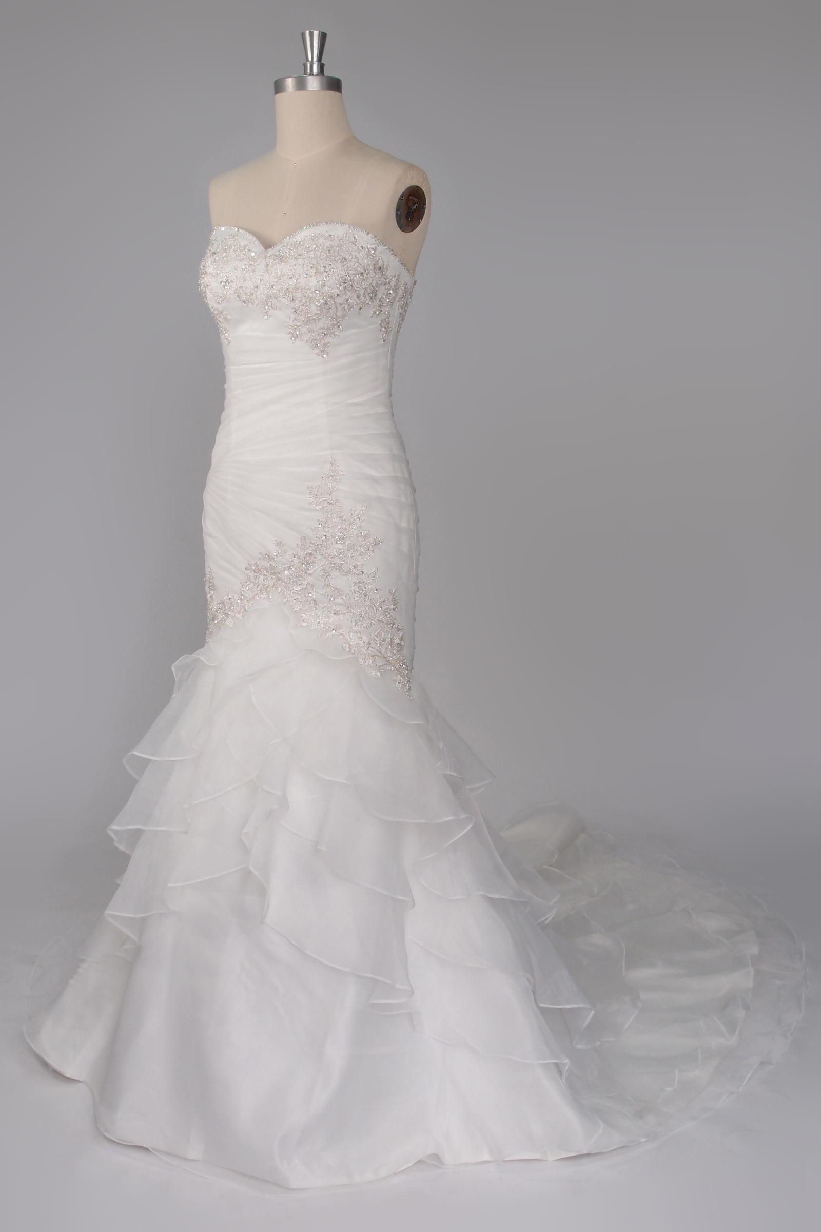 robe de mariée sirène bustier ornée de lacet de fleur exquise et jupe à volant avec traîne chapelle