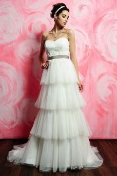 Robe de mariée en tulle avec ceinture grise