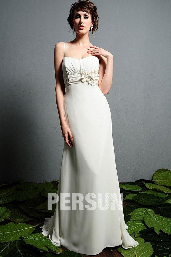 robe de mariée colonne empire taille plissé embelli de fleurs avec bretelle fine