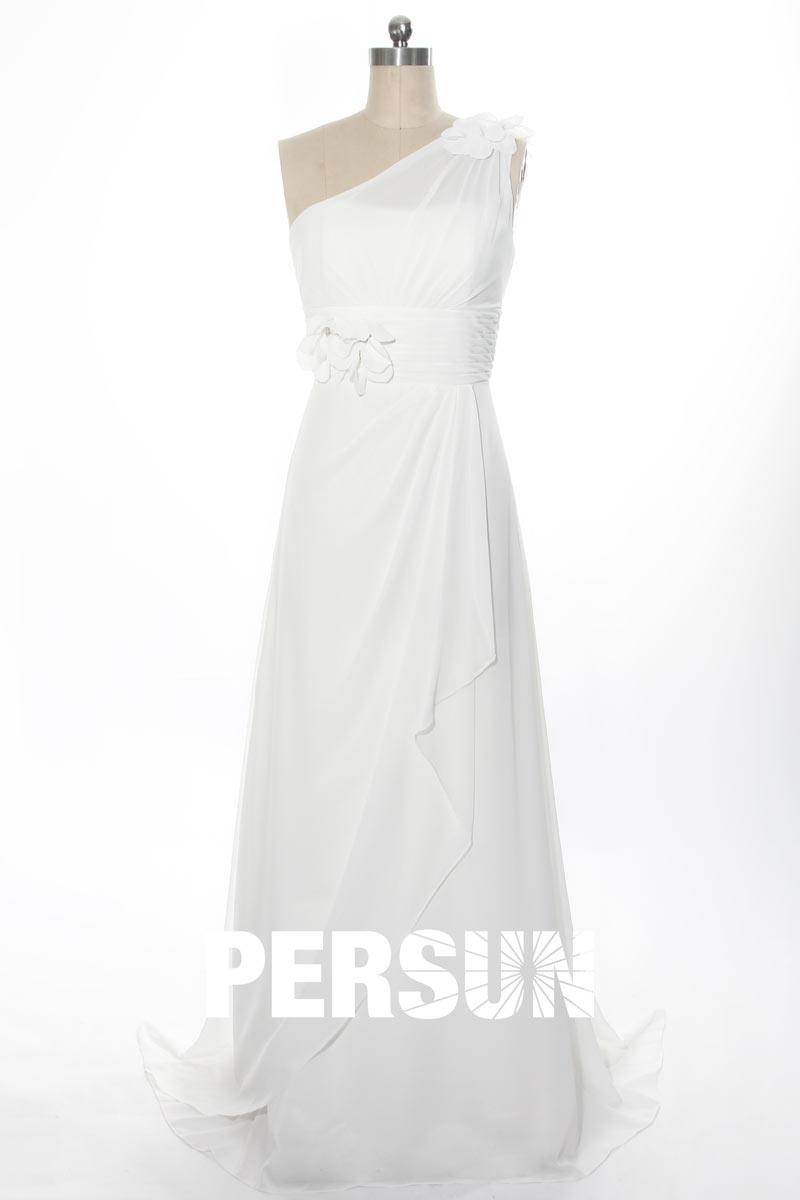 robe de mariée simple à encolure asymétrique embelli de fleurs