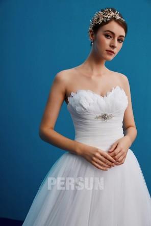 Tendance robe de mariée bustier coeur orné de plumes & bijoux