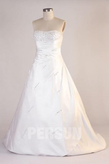 Robe de mariée ruchée sans bretelle en satin ornée de strass