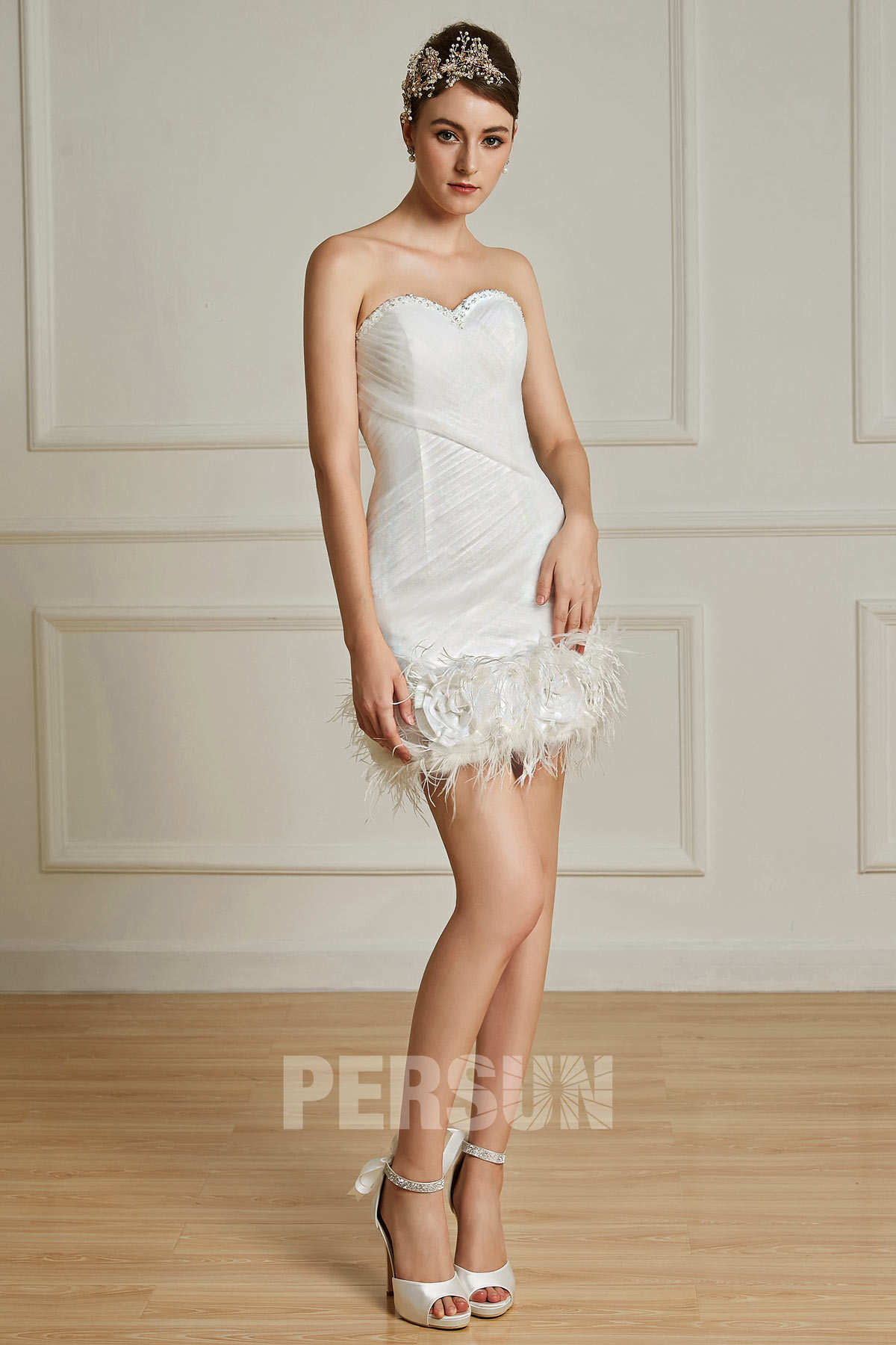 robe de mariée courte fourreau bustier coeur avec plumes