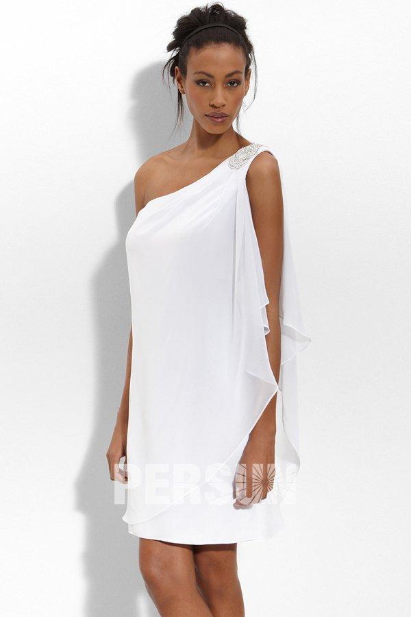 robe de mariée blanche courte asymétrique simple orné de strass