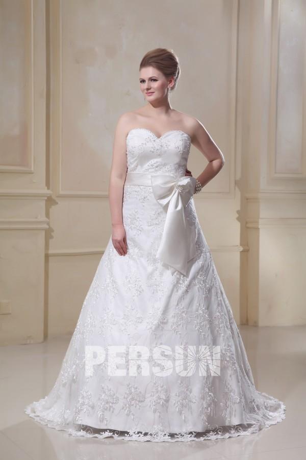 robe de mariée grande taille bustier coeur en dentelle appliquée avec noeud papillon