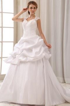 Robe de mariée longue en satin déecolleté en cœur ornée de broderie