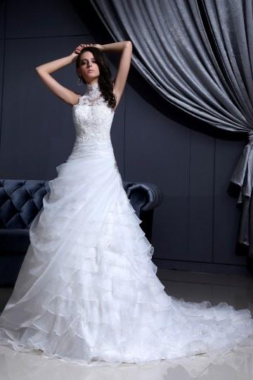robe de mariée col halter appliqué de dentelle et bijoux