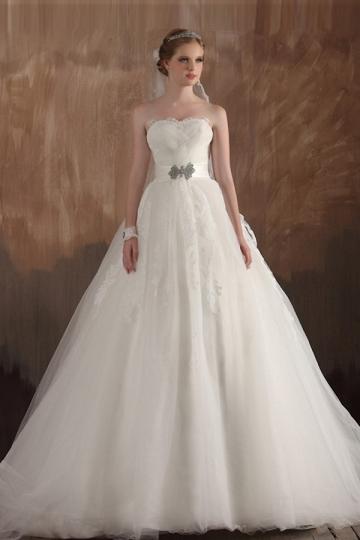 Robe longue de mariée en tulle bustier sans bretelle ornée de bijoux