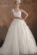 Robe de mariée moderne décolleté en cœur à une bretelle ornée de fleur