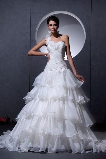 Robe mariée moderne décolleté en cœur asymétrique en organza à volant ornée de flaur fait main