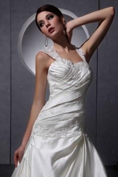 Robe de mariée longue décolleté en cœur avec bretelle ornée de perle, applique