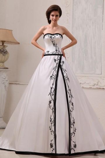 Robe de mariée princesse décolleté en cœur bustier en satin ornée de broderie