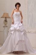 Robe de mariée bustier en satin décolleté en cœur sans bretelle ornée de applique